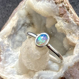Zilveren ring met heldere kristal opaal