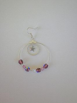 Boucle d'oreille en métal argenté avec des perles à facette violette
