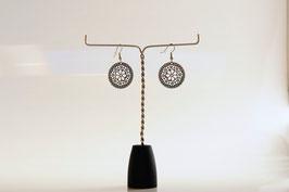 Boucles d'oreilles estampe filigrane argenté ronde.