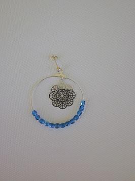 Boucles d'oreilles en métal argenté support en argent avec des perles à facette bleue, estampe fleur