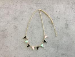 Collier chaine dorée motif triangle noir rose et vert