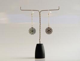 Boucle d'oreille  en métal argenté chaine et estampe filigrane.