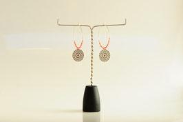 Boucles d'oreilles  créole perle de rocaille et estampe argentée