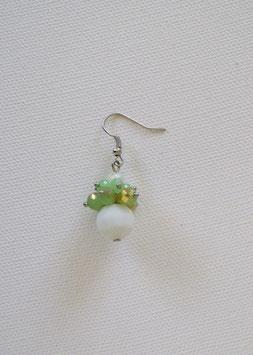 Boucles d'oreilles boule blanche et grappe verte en perle