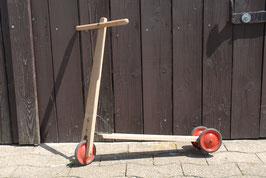 Tretroller aus Holz mit Metallrädern nur für Selbstfahrer
