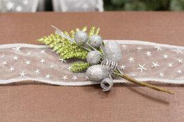 Weihnachts-Zweig mit silbernen Beeren und grünen Blättern
