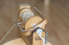 Laines filées au rouet, en pelote d'environ 50gr. Fil simple.