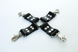 Hogtied, Fesselkreuz aus schwarzem PVC