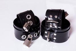 Hand und Fußfesseln aus schwarzem PVC *abschließbar*