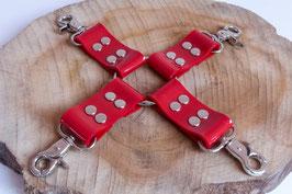 Hogtied, Fesselkreuz aus rotem PVC