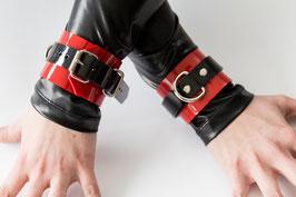 2 Handfesseln aus rotem/ schwarzem PVC