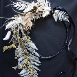 Hoop aus gebleichtem Farnblättern und Zweigen