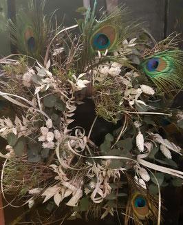 Türkranz aus Eukalyptus und Pfauenfedern