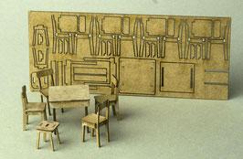 Tisch, 4 Stühle und Hocker