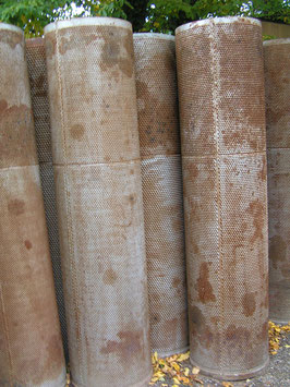 Riesige alte Säulen Eisensäulen mit Blasenoberfläche 2 m hoch