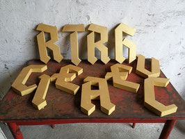 Schöne, goldfarbende Buchstaben 281017