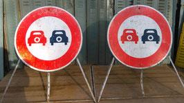 Riesengroßes Verkehrsschild Überholverbot aus Frankreich