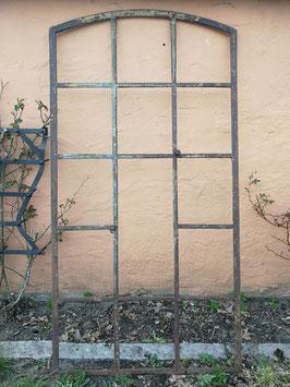 altes Fabrikfenster Gusseisen mit Bogen 1505