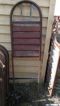 Altes Eisenfenster mit Lamellen als Rankgitter Nr 1005