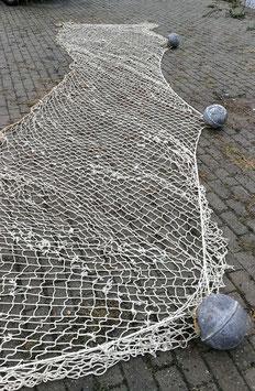 Altes 10 m Fischernetz mit 5 Schwimmkugeln aus Blech