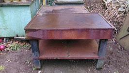 Alte Werkbänke aus Metall und Eichenholz aus einer Fabrik
