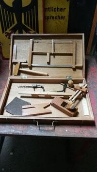 altes Tischlerwerkzeug im Holzkoffer in Kindergröße - kein Spielzeug!