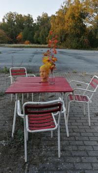 Schönes Gartenmöbel Set alter Gartentisch und Gartenstühle METALL rot-weiß Nr 2210