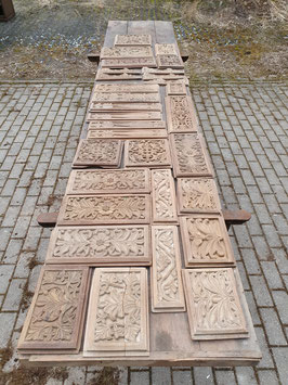 Großer Posten alter Holzornamente aus einer Vertäfelung geschnitzt Eiche Nr 1304hi