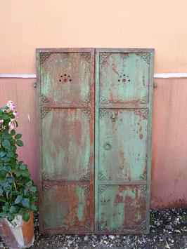 wunderbare alte Eisentüren Fensterladen mit Ornamentik Nr 2906-01