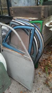 alte Türen von einer Ente Citroen 2 CV