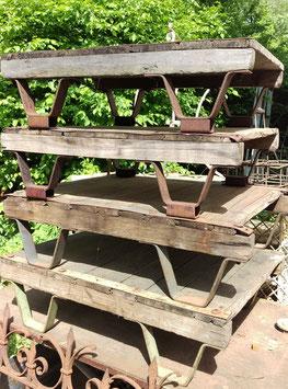 alte Palette auf Eisenfüßen Couchtisch UNRESTAURIERT 2205