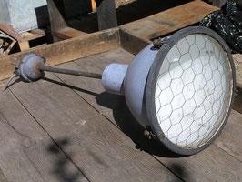 alte Emaille Industrielampe mit gewölbtem Glas