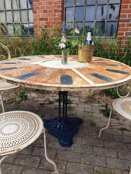 Ein traumhafter Tisch aus Metall mit einem alten Turmuhr Ziffernblatt als Platte - UNIKAT Nr 1406