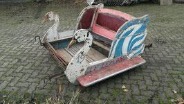 große alte Karussell Wagen Schlitten Schwäne