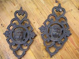 1 Paar gusseiserne Ornamente mit Putte Engelkopf