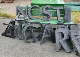 Tolle Typo. Vintage Buchstaben Metall schwarz Nr 2007