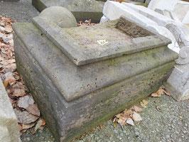 kleines altes Sandstein Podest Becken Nr 2107-02