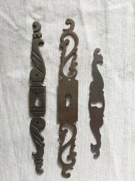 3er Set antike Möbelbeschläge aus Eisenblech für Schlüssellöcher Nr 0112-01