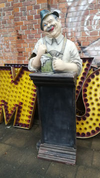 alte Figur aus Fiberglas Bayer mit Bier Tafel