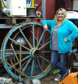 Riesiges altes Holzrad mit Eisenbeschlag 2408