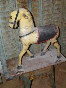 sehr altes Holzpferd