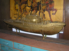 sehr großes Modellschiff Boot golden angemalt