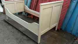 antikes Holzbett altes Bett creme