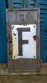 kleine alte Metalltür von der Bahn Telefonhäusschen
