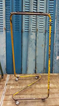 Superschöne alte Garderobe auf Rollen aus Textilfabrik