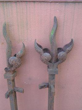 1 Paar alte Zaunpfosten