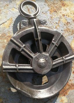 Sehr schöne historische Umlenkrolle Eisenrolle Nr 0705indus poliert