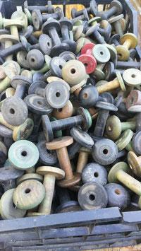 Sehr viele alte Garnrollen aus Holz div. Farben Nr 1710