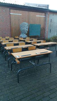 alte Schulpulte aus Frankreich mit Stühlen dran Nr 1311