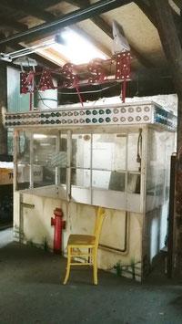 alte Kassenhaus Metall vom Jahrmarkt mit Beleuchtung